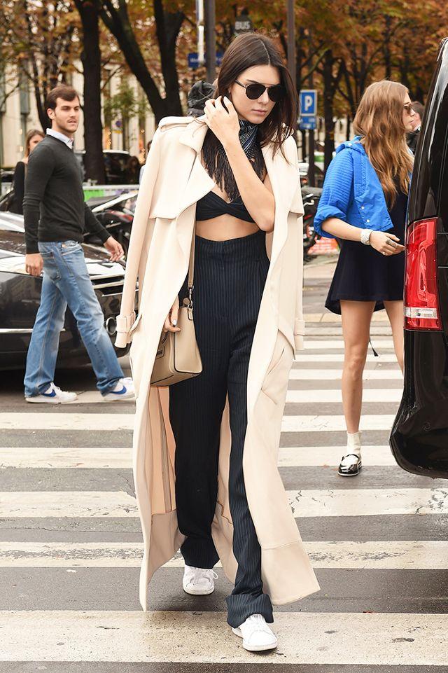 La super model Kendal Jenner abbina le sneakers ad un look casual ma di carattere