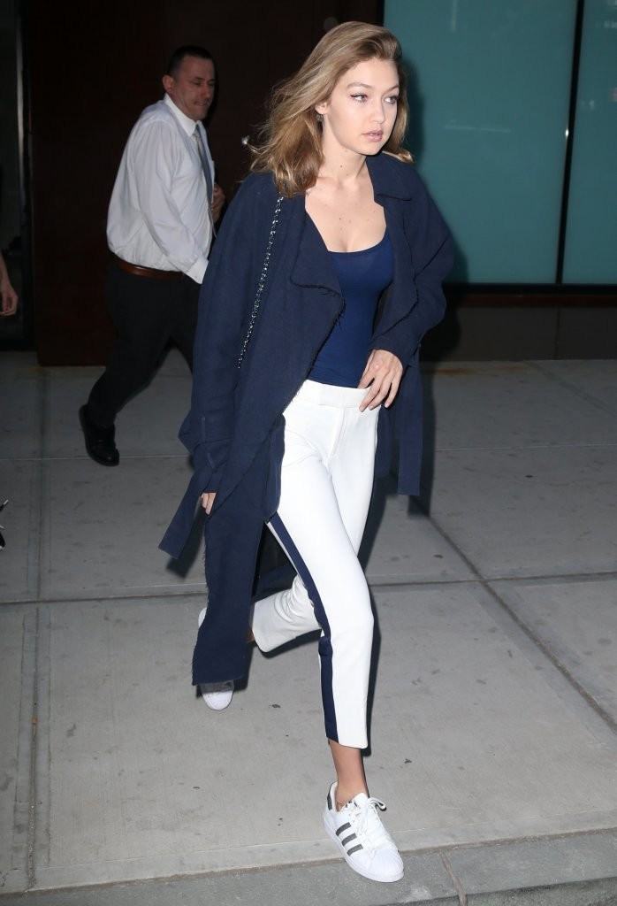 La top model Gigi Hadid in un look casual chic completo di sneakers