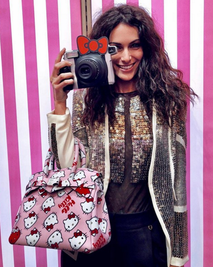 La famosissima influencer Paola Turani con una Petite Miss Save My Bag X Hello Kitty