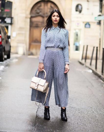 Alessia Sica indossa blusa e pantalone by Suncoo