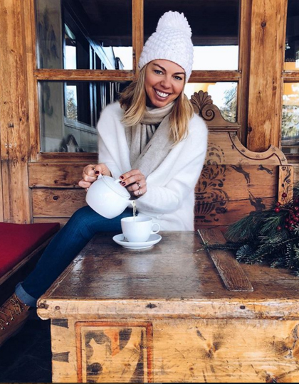 Federica Micoli di www.closette.it è sorridente nel suo cardigan bianco by Suncoo