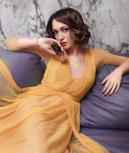 Maria Giovanna Abagnale, influencer italiana sceglie lo stile parigino di Tara Jarmon con un colore acceso come il giallo
