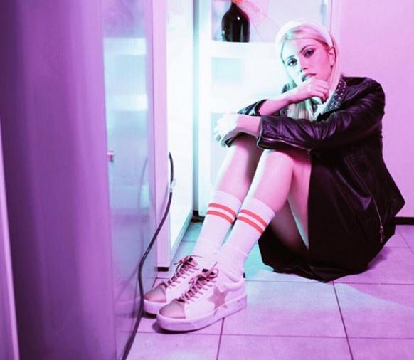 Camilla Gullà con sneakers Nira Rubens