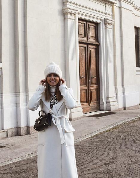 Look total white per Gaia Viola Giraudi con cappotto Mangano